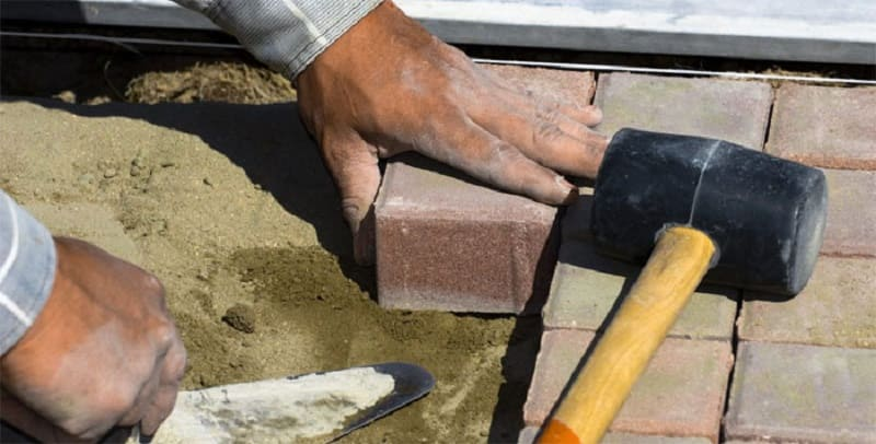 Применение киянки при укладке плитки