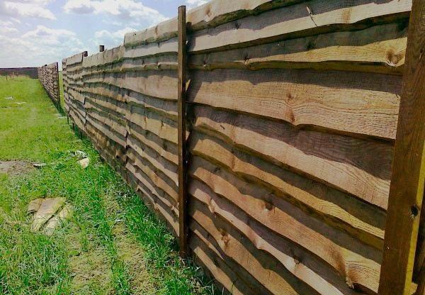 Забор из горбыля для дачного участка