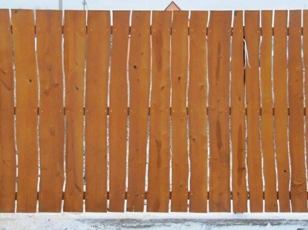 Забор из горбыля одинакового размера