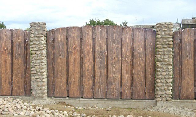 Забор из горбыля и кирпича