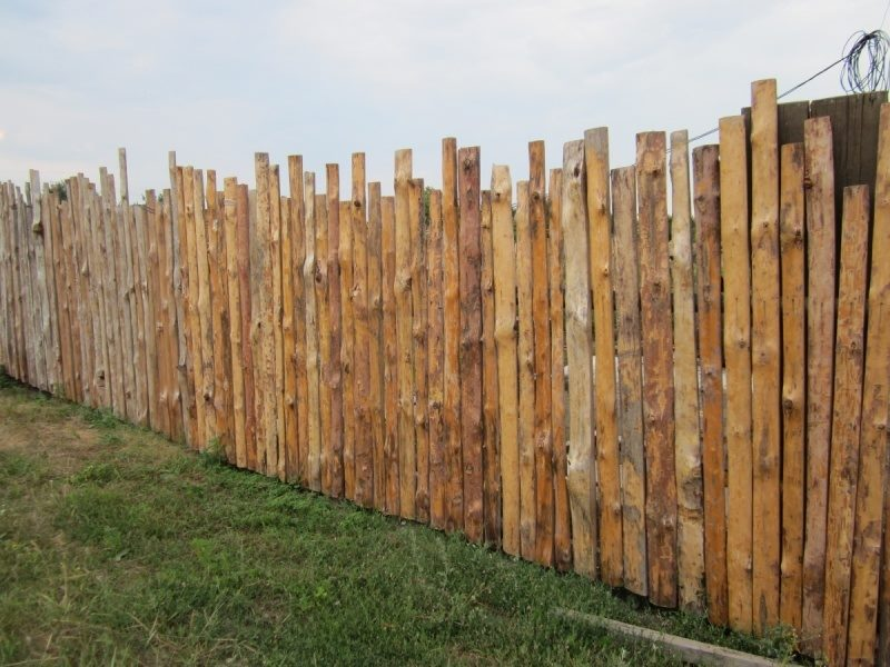 Забор из разноуровнего горбыля